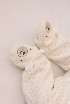 Pés do bebê recém-nascido em belos controles deslizantes
