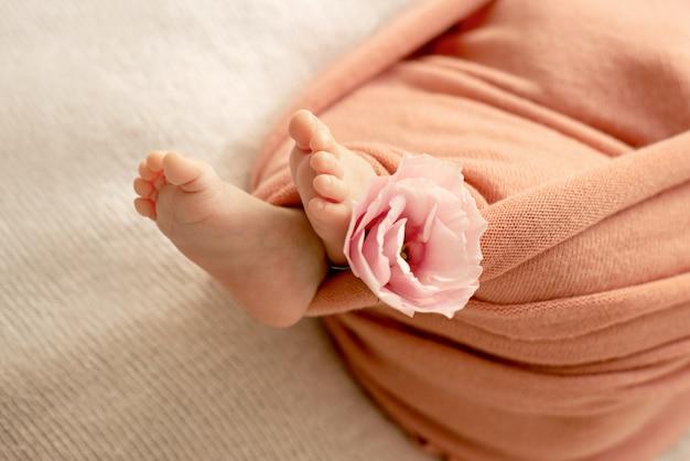 Pés do bebê recém-nascido.