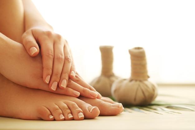 Pés e mãos descalços. conceito de pedicure e manicure