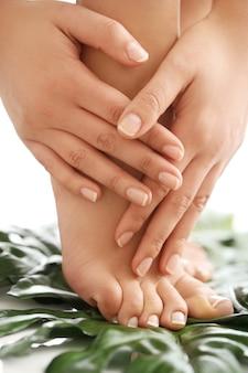 Pés e mãos descalços femininos. conceito de manicure e pedicure