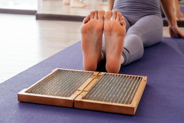 Pés e tábuas de madeira com pregos afiados de metal. placa de pé sadhu. treinamento de prática de relaxamento de ioga