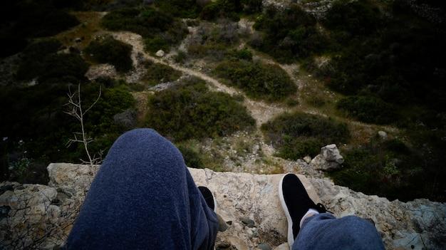 Pés e vista da montanha para baixo