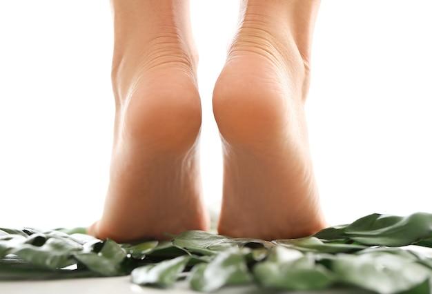 Pés femininos descalços, retrovisores. calcanhar e pés