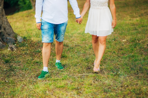 Pés femininos e masculinos na grama