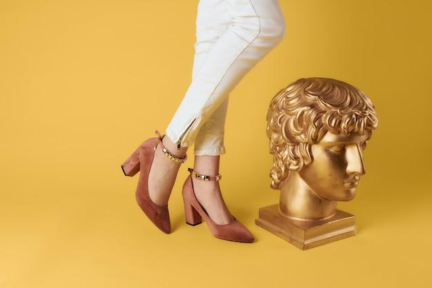 Pés femininos sapatos da moda estilo elegante cabeça escultura amarela