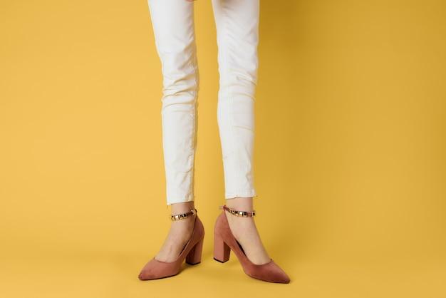 Pés femininos sapatos da moda luxo fundo amarelo