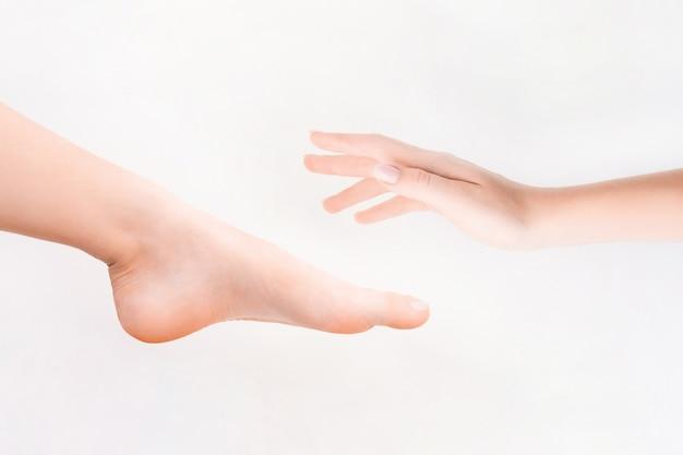 Pés femininos. spa, esfoliação e cuidados. conceito de pedicure e depilação.