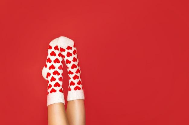 Pés lindos em meias quentes com estampa de coração em vermelho