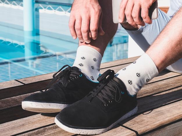 Pés masculinos em calçados esportivos e meias brancas