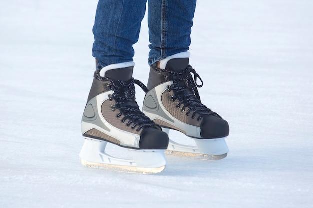 Pés patinando na pista de gelo.