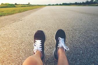 Pés running do esporte do homem novo no estilo de vida saudável da fuga.