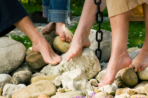 Pés saudáveis, nas pedras