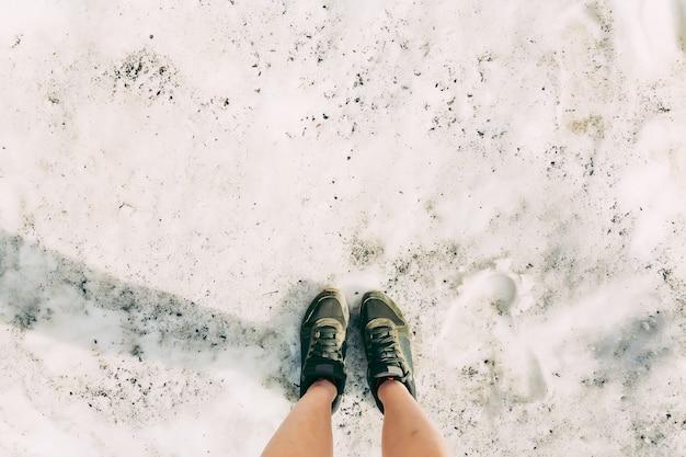 Pés selfie hipster sapatos viajante em pé nas montanhas de neve, estilo de vida, viagens, férias, conceito
