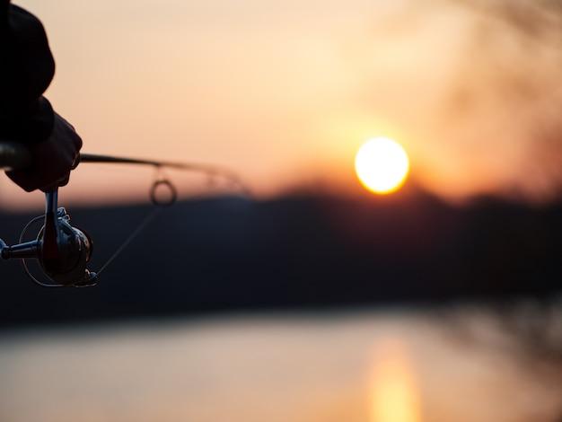 Pesca na fiação ao pôr do sol na primavera ou no outono