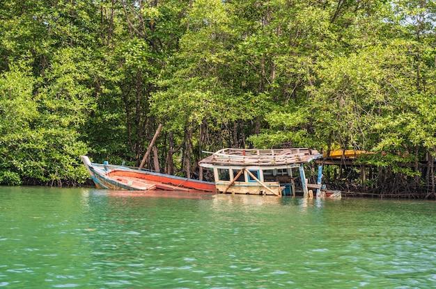 Pesca naufrágio de um navio no rio klong chao, na ilha de koh kood em trat tailândia. koh kood, também conhecido como ko kut, é uma ilha no golfo da tailândia
