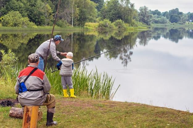 Pesca no lago da floresta no verão. pesca de verão à tarde. feriados.