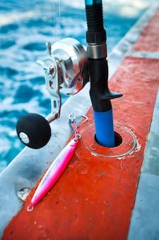 Pesca rod e jig lure close up no barco de pesca no mar de andaman