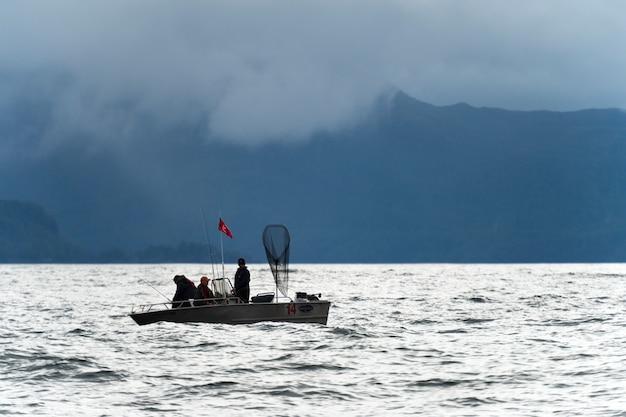 Pesca turística no oceano pacífico, distrito regional de skeena-queen charlotte, haida gwaii, graham