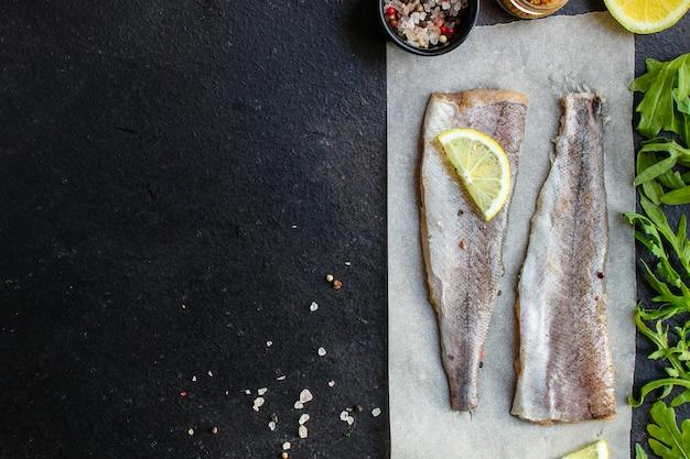 Pescada crua de peixe (conjunto de ingredientes para cozinhar)