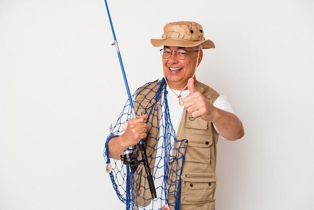 Pescador americano sênior segurando uma rede isolada no fundo branco