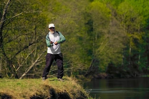 Pescador, arremessar, a, isca, em, rio, ficar, ligado, banco rio