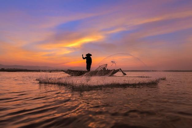 Pescador asiático, com, seu, barco madeira, em, natureza, rio, em, a, começo matutino, antes de, amanhecer