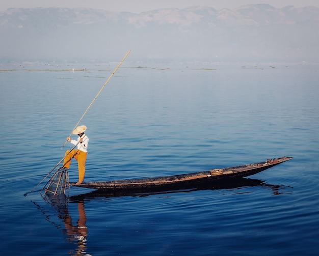 Pescador birmanês tradicional no lago inle, myanmar