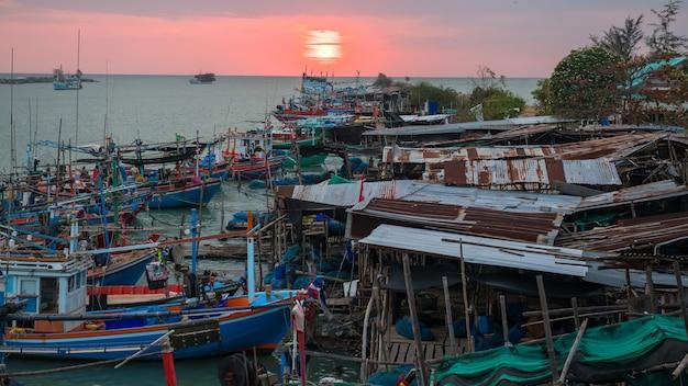 Pescador cha-am doca ao nascer do sol por vista superior, phetchaburi, tailândia.