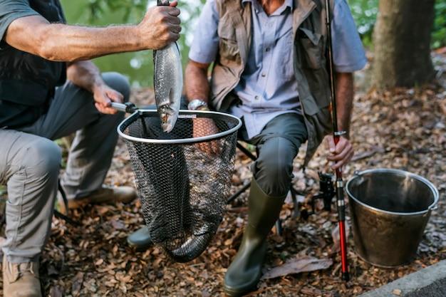 Pescador, com, um, freshly, pegado, peixe