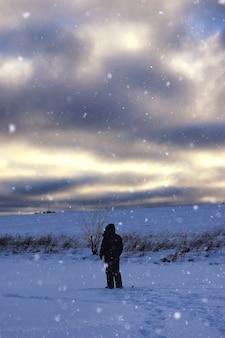 Pescador de inverno a pé pescando