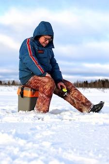 Pescador de inverno no lago