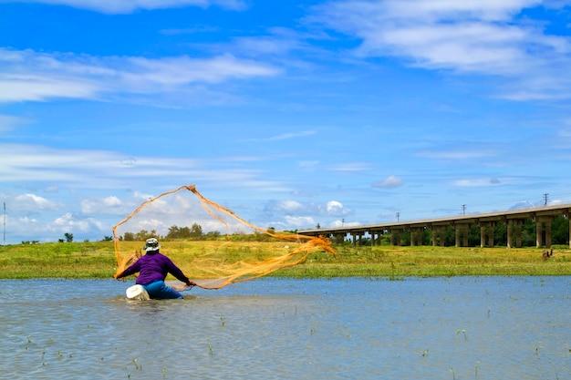 Pescador de rede de elenco