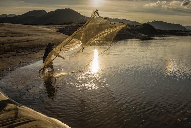Pescador em ação quando a pesca no lago