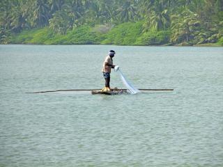 Pescador em um barco de log