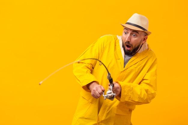 Pescador iniciante, tendo problemas com vara de pesca