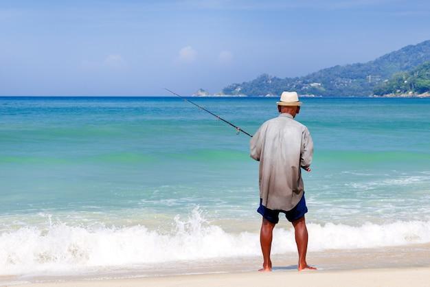 Pescador nativo na praia, tailândia.