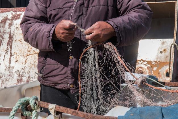 Pescador organiza uma rede de pesca