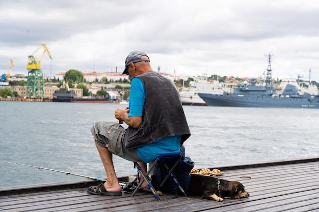 Pescador pesca na baía