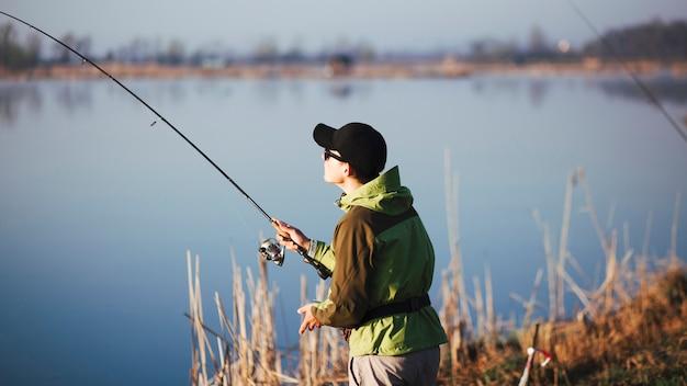 Pescador pesca no lago