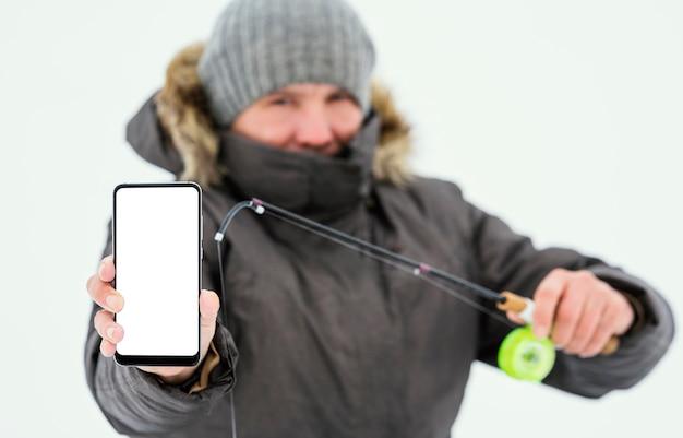 Pescador segurando um telefone em branco