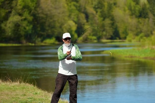 Pescador tentando fazer um elenco perfeito jogando isca