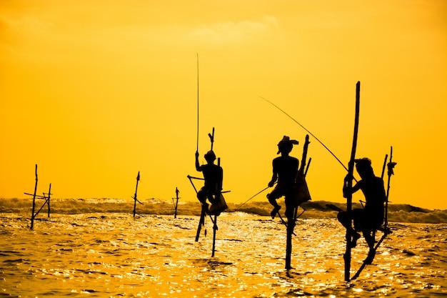 Pescador tradicional de palafitas no sri lanka