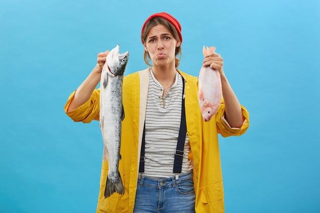 Pescadora vestida casualmente vindo de viagem de pesca