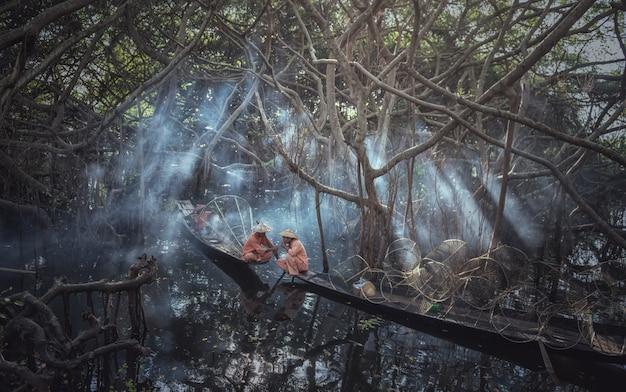 Pescadores birmaneses tradicionais no lago inle, myanmar