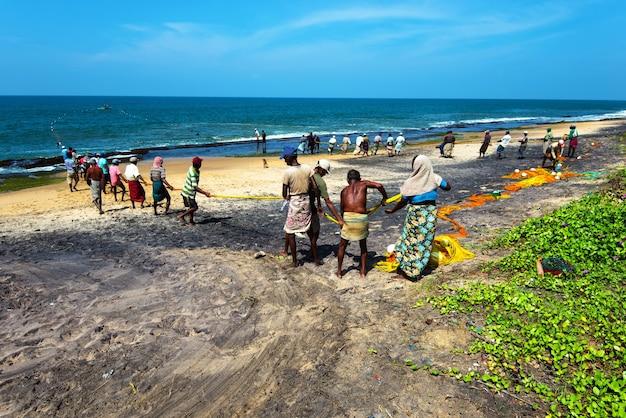 Pescadores na costa oceânica do sri lanka