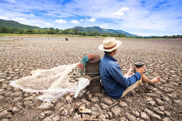 Pescadores não podem pescar por causa da seca