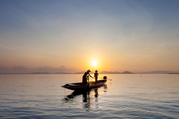 Pescadores pegar peixe de manhã.