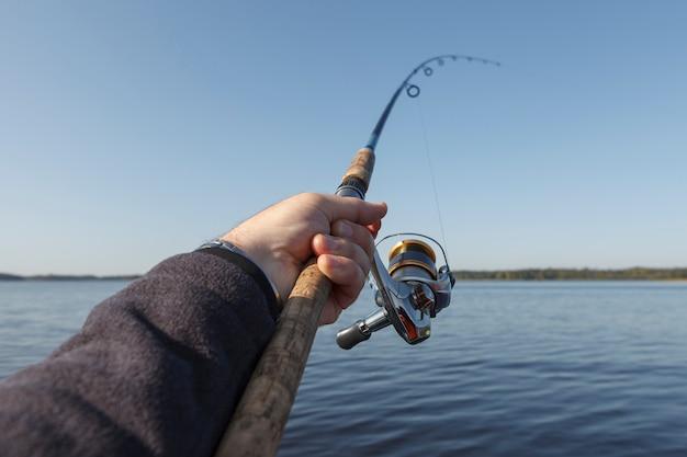Pescando no lago. céu azul claro.