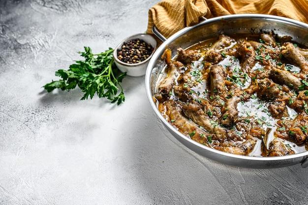 Pescoço de frango indiano curry com legumes