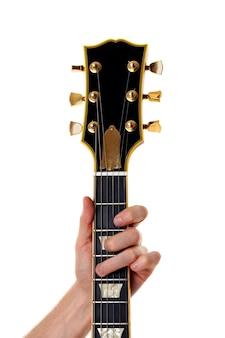 Pescoço de guitarra e mão masculina isolados